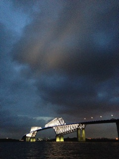ゲートブリッジのライトアップが雲に反射